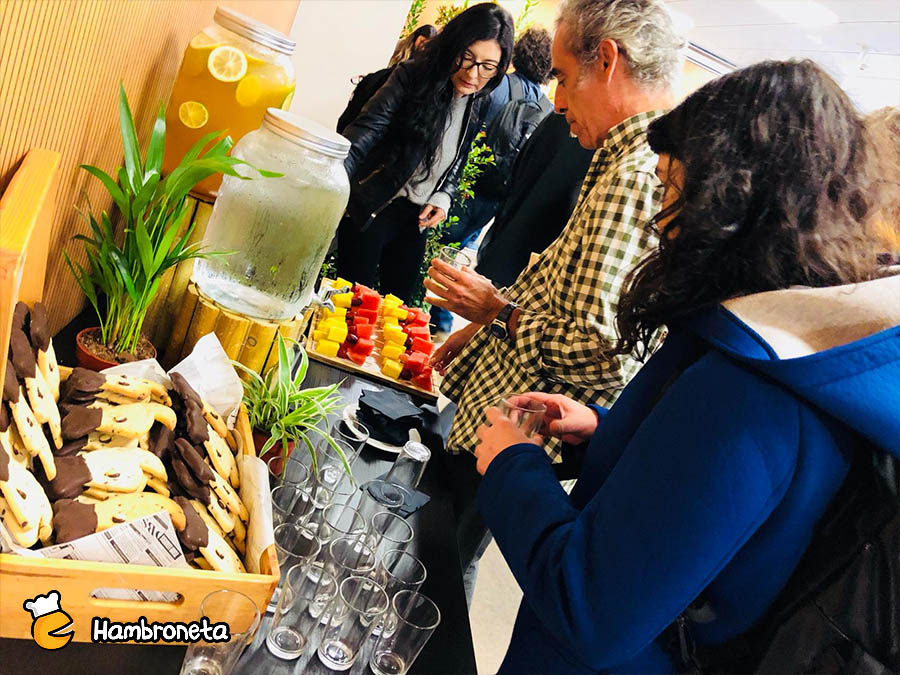 Catering hambroneta evento karraskan invitados en coffee break